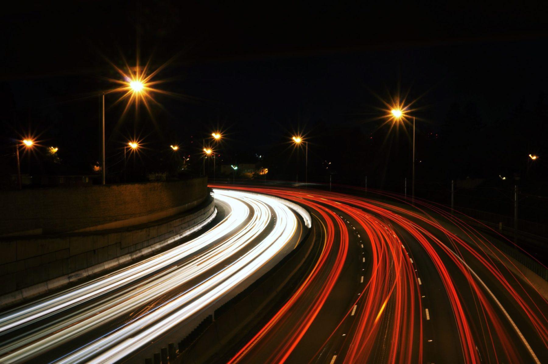 Autoroute durant la nuit