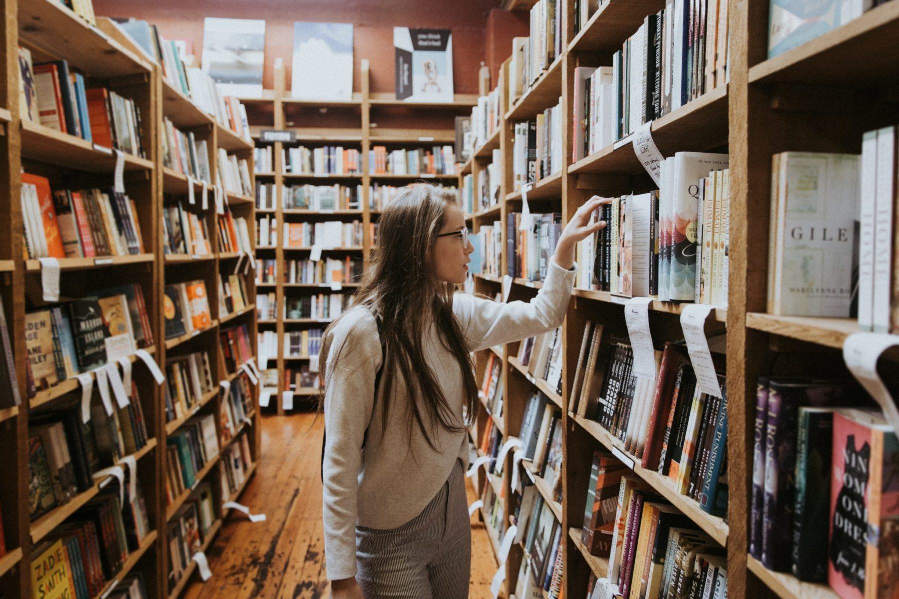 Fille dans une bibliothèque